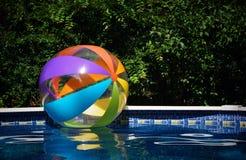 Plażowa piłka w basenie Fotografia Royalty Free