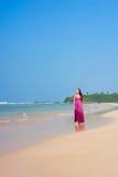 plażowa przyjemna chodząca kobieta obrazy stock