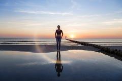 plażowa redaktora dziewczyna przetwarzający zmierzch nastoletni zdjęcia stock