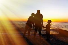 plażowa rodzina cztery sand tropikalnych urlopowych biały potomstwa Zmierzch przy morzem sylwetka obrazy stock