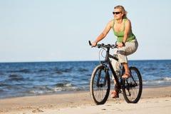 plażowa rowerowa jeździecka kobieta Zdjęcia Stock
