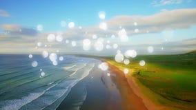 Plażowa sceneria z spokojnymi wodnymi i jasnymi niebami