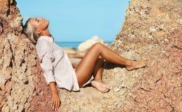 plażowa seksowna siedząca kobieta Zdjęcie Royalty Free