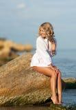 plażowa seksowna siedząca kobieta Zdjęcia Stock