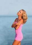 plażowa seksowna siedząca kobieta Fotografia Royalty Free