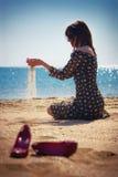 plażowa siedząca kobieta Zdjęcia Royalty Free