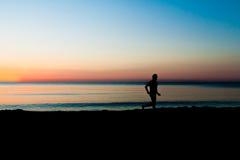 plażowa sprawność fizyczna słuchającego męskiego mężczyzna modela mp3 muzycznego telefonu gracza czerwonego biegacza działającego Obraz Royalty Free