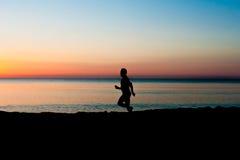 plażowa sprawność fizyczna słuchającego męskiego mężczyzna modela mp3 muzycznego telefonu gracza czerwonego biegacza działającego Obrazy Royalty Free