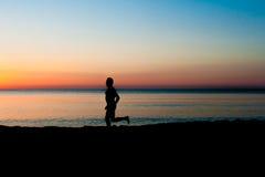 plażowa sprawność fizyczna słuchającego męskiego mężczyzna modela mp3 muzycznego telefonu gracza czerwonego biegacza działającego Obraz Stock