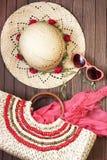 Plażowa torba, okulary przeciwsłoneczni i kapelusz na drewnianym tle, obraz royalty free