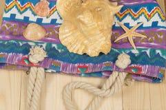 Plażowa torba, okulary przeciwsłoneczni, na drewnianym tle Odgórny widok Obraz Stock