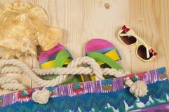 Plażowa torba, trzepnięcie klapy, okulary przeciwsłoneczni, na drewnianym tle Odgórny widok Fotografia Royalty Free