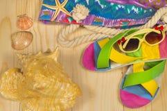 Plażowa torba, trzepnięcie klapy, okulary przeciwsłoneczni, na drewnianym tle Odgórny widok Zdjęcie Stock