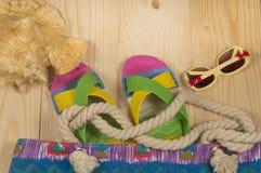 Plażowa torba, trzepnięcie klapy, okulary przeciwsłoneczni, na drewnianym tle Odgórny widok Obrazy Stock