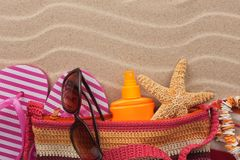 Plażowa torba z trzepnięcie klapami, okularami przeciwsłonecznymi i sunscreen, Akcesoria dla plaży Fotografia Royalty Free