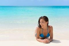 Plażowa urlopowa kobieta relaksuje na piasku szczęśliwym fotografia stock