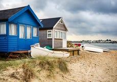 Plażowe budy i łodzie fotografia stock