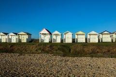 Plażowe budy na słonecznym dniu w Sussex Fotografia Royalty Free