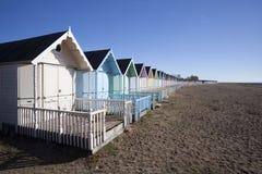 Plażowe budy przy Zachodnim Mersea, Essex, Anglia fotografia royalty free