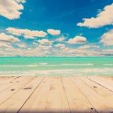 Plażowe morza i niebieskiego nieba chmury z drewno stołem Obrazy Stock