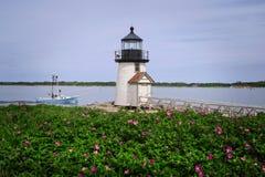 Plażowe róże Natucket wyspy latarni morskiej Wytyczną łodzią rybacką zdjęcie royalty free