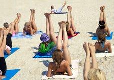 plażowe robi ćwiczenia sprawności fizycznej kobiety Fotografia Stock