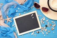 Plażowe rzeczy z okularami przeciwsłonecznymi na drewnianym tle obrazy stock
