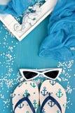 Plażowe rzeczy z okularami przeciwsłonecznymi na drewnianym tle obrazy royalty free