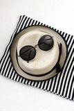 Plażowe rzeczy z słomianym kapeluszem, ręcznikiem i okularami przeciwsłonecznymi na drewnianym tle, zdjęcie stock