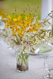 Plażowego ślubu wystroju stołu kwiaty i położenie Obraz Stock