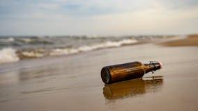 plażowego butelki głębii pola horyzontalny wiadomości płycizny strzał obraz royalty free