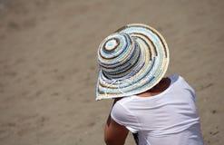plażowego kapeluszowego piaska siedząca kobieta Zdjęcie Stock
