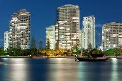 plażowego miasta wybrzeża złocista Miami nowożytna noc Obraz Stock