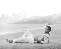 plażowego pięknego mężczyzna zrelaksowani potomstwa Obraz Royalty Free
