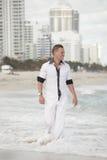 plażowego przystojnego mężczyzna chodzący potomstwa Obraz Stock