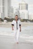 plażowego przystojnego mężczyzna chodzący potomstwa Obraz Royalty Free