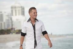 plażowego przystojnego mężczyzna chodzący potomstwa Zdjęcie Stock