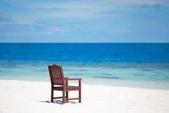 Plażowej białej piasek wyspy denny krzesło Maldives Obraz Royalty Free