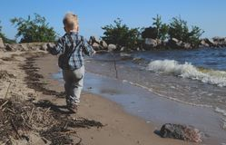 plażowej chłopiec mały bawić się zdjęcia royalty free