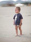 plażowej chłopiec mali spacery Obrazy Royalty Free