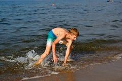plażowej chłopiec szczęśliwy bawić się zdjęcia royalty free