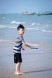 plażowej chłopiec szczęśliwy mały bawić się tropikalny zdjęcie royalty free