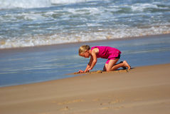 plażowej dziewczyny mały bawić się zdjęcie stock