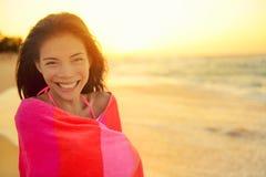 Plażowej dziewczyny szczęśliwy roześmiany ono uśmiecha się zawijam w ręczniku Fotografia Royalty Free