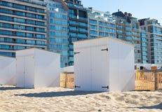 Plażowej kabinowej budy drewniany piasek Knokke Belgium obraz royalty free