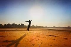 Plażowej motywacyjnej sylwetki latająca samiec Obrazy Stock