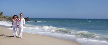 plażowej pary chodzący potomstwa Obrazy Royalty Free