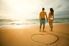 plażowej pary kochający spacer Fotografia Stock