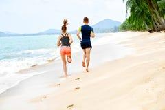 _ plażowej pary szczęśliwy bieg Sporty, sprawność fizyczna uzdrowiciel zdjęcia stock