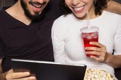 plażowej pary szczęśliwy ja target2229_0_ brać Oglądać streming zawartość na digita obraz royalty free